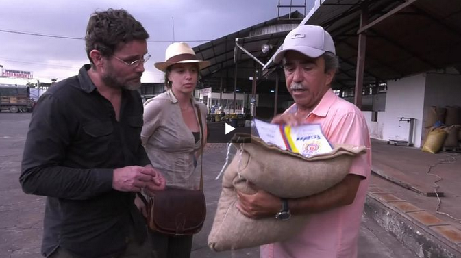 L'équipe d'Orfève chocolat avec un producteur équatorien de cacao